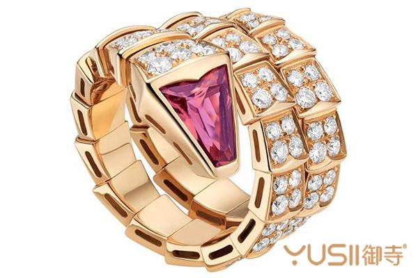 什么是珠宝手表,国内有没有回收价值——手表回收-珠宝  说道珠宝和手表真的是现在不少的消费者不能够缺少的存在,当然了也是因为喜欢所以才会出现不能够缺少的情况。这不说起来对于不少的消费者来讲都是很难放弃购买这其中一样的存在,不过说起来在很多的时候来讲其实现在一些消费者也都是比较愿意购买珠宝手表的,因为不仅仅是有了佩戴手表的习惯,在更多的时候来说,其实也是为了让自己的手表更加的闪耀。其实说起来虽然是这样说,但是对于一些消费者来讲还是想要知道,到底在现在来说什么是珠宝手表,国内有没有回收价值?其实说起来在现在来讲大家想要知道什么是珠宝表,也不是说非常的困难的,因为说起来在现在来讲镶嵌了不少珠宝的手表就是珠宝表,当然了这种闪耀的手表在很多的时候都是一些女性消费者比较喜欢的存在,毕竟闪耀的珠宝也都是女性消费者非常喜欢的存在。  说起来珠宝手表其实很多人并不知道在现在来讲有很多的品牌都出现过珠宝手表,就比如说作为宝格丽就是其中之一,不过说起来在那很多人的印象中来说宝格丽戒指回收的价格是不错的,那么作为宝格丽的珠宝手表回收行情是怎么样的呢?其实说起来作为宝格丽来讲最出名的珠宝手表就是蛇系列的手表。说起来宝格丽将蛇的形象运用在腕表设计中,推出了第一款蛇形腕表,表盘是蛇头,而表链则是蜿蜒的蛇身也正是如此,蛇形成为了宝格丽的经典符号。1960年伊丽莎白托珠宝格丽,为他订制一款手镯,18K黄金材质的蛇形手镯,镶嵌着翡翠、红宝石和钻石,看起来非常的华丽。  当然了这样来说其实很多人也都是存在着不少的感受的,就比如说起来对于不少的消费者来讲可能并不是说非常的了解,但是在现在来讲珠宝首饰的市场中其实这些珠宝首饰是相对来讲比较好回收的,甚至说起来有些消费者都不愿意将其给回收掉,因为自己收藏起来价值是更加的高的。不过对于珠宝手表的回收,很多人可能存在着疑惑,其实大家也不要担心,因为说起来作为珠宝手表还是比较好回收的,因为是完全可以根据款式来回收,就算是在御寺名品中也是能够回收到一个不错的价位的。