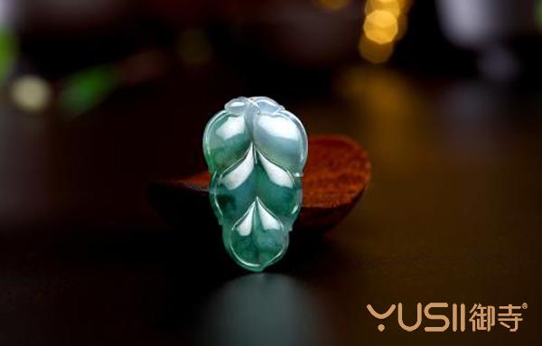 如何鉴别真假翡翠,翡翠在珠宝首饰回收店什么价位?